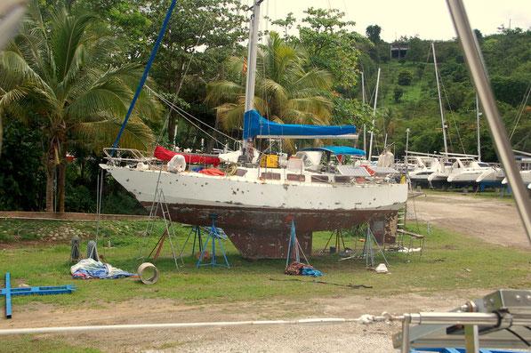 Für ganz kleines Geld in Franz.Guiana erworben, acht Wochen entrosten, schleifen, schweißen und lackieren - bald wieder eine Augenweide.  Arbeit die sich lohnt....Grenada-Marine Mai 2012