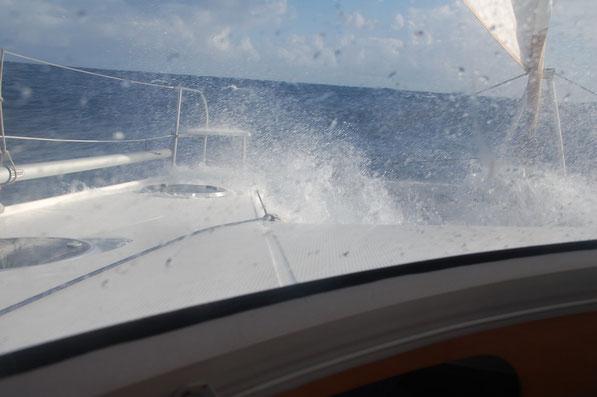 Mit 9.2 kn bei 55° gegen Wind u. Welle....Kurs OST
