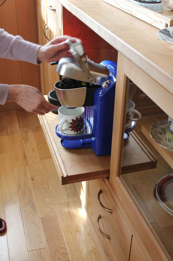 コーヒーメーカーを使っているところ、サイドボード(横浜市・Y様邸)