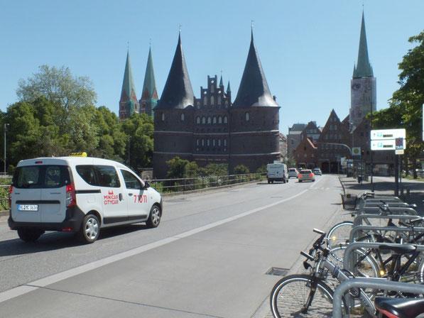 au premier plan: la Holstentor; à gauche les deux tours de l'église Sainte Marie