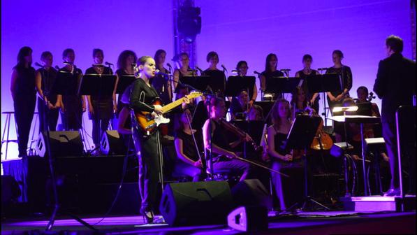 Die Damen des 21st Century Chorus mit Anna Calvi am Blue Balls Festival Luzern 2015 (Foto: tilllate.com)