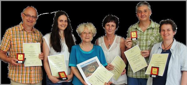 - - -  für anwesende Jahresbeste gab es neben Urkunde und Medaillie ein cewe Fotobuch aller Jahresbesten Fotos  - - - - - - - zahlreiche Mitglieder erhielten die Ehrennadel in Silber und/oder Gold für hervorragende fotografische Leistungen - -
