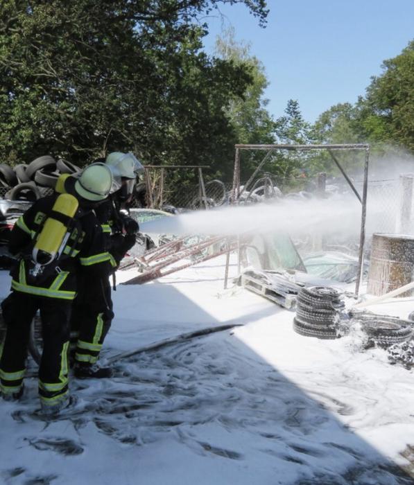 Die Löscharbeiten mussten wegen der Rauchentwicklung unter schwerem Atemschutz durchgeführt werden. Fotos: Feuerwehr