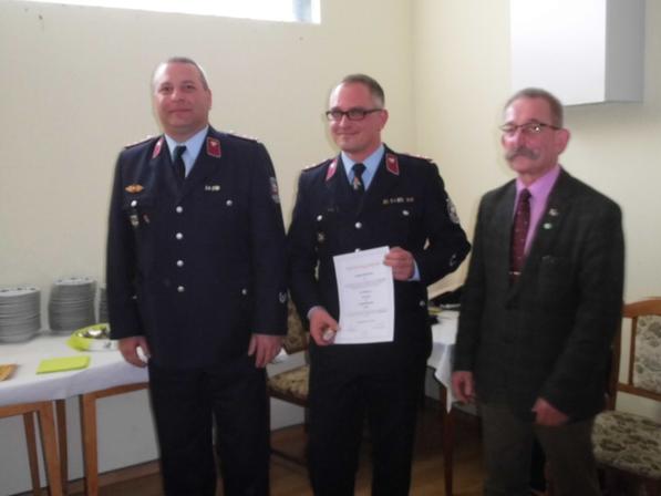 Überraschung für Wehrleiter Michael Nix (Mitte), er wurde von VerbGemWL Ronny Hertel (links) und VerbGemBM Eike Trumpf zum Hauptbrandmeister befördert.