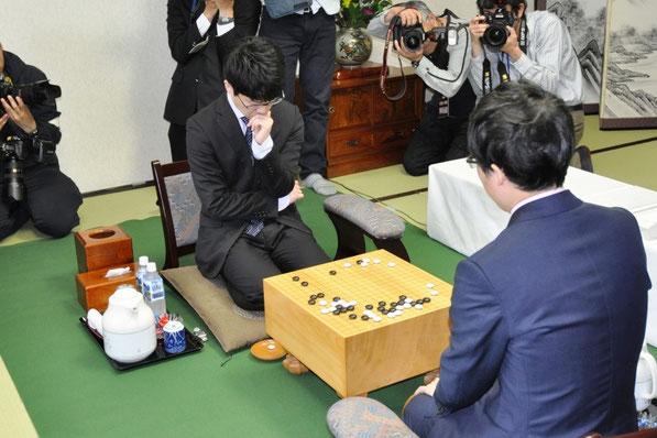 くろよんロイヤルホテルにて、初防衛を狙う伊田篤史十段(中央)と挑戦者の井山裕太棋聖(手前)