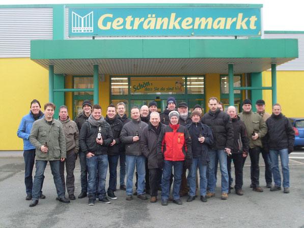 Herren-Schießgruppe vor dem Getränkemarkt Marktkauf in Blomberg