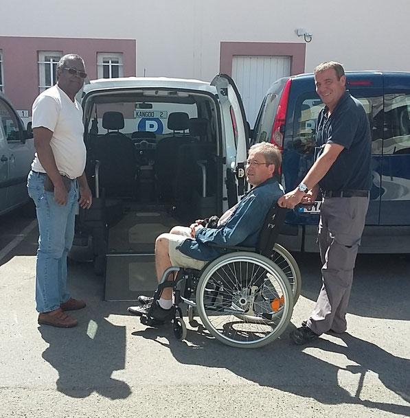 René à gauche, Jean-Luc simulant un résident dans le fauteuil et Robert à droite le formateur