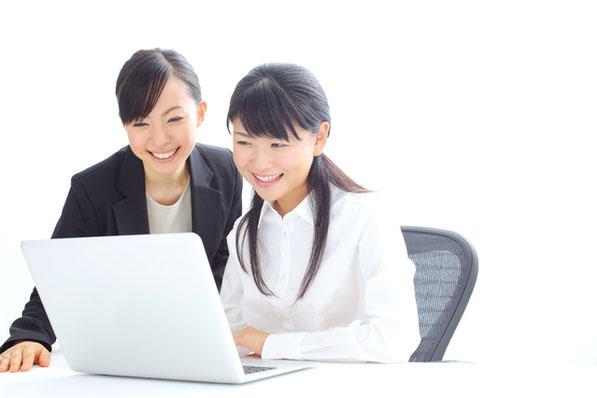 仕事を教わる女性の写真