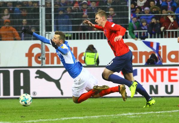 Elfmeter für Kiel nach dem Foulspiel von Kevin Kraus an Tom Weilandt.  Fotos: Patrick Nawe