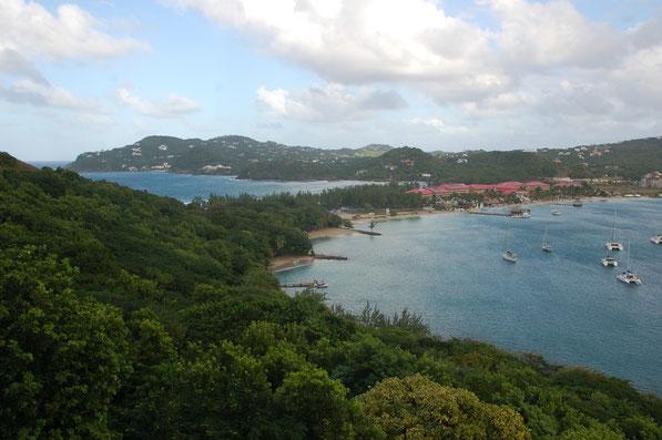 Von einem der vielen Hügel hat man einen herrlichen Blick über die Rodney-Bay......2.von links, Bonafide