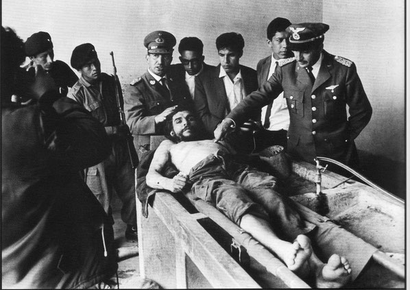 Che bliver henrettet af den bolivianske officer Mario Terán, den 9. oktober 1967,  kl.13:40