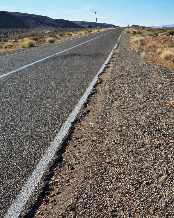Ausfransende Fahrbahnränder auf Nebenstrecken.