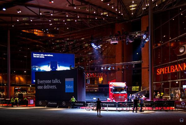 Vorstellung des neuen Actros am Marlene-Dietrich-Platz in Berlin. Blick auf die Bühne.