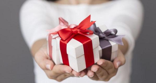 婚約指輪を貰った場合はお返しをどうするべき?