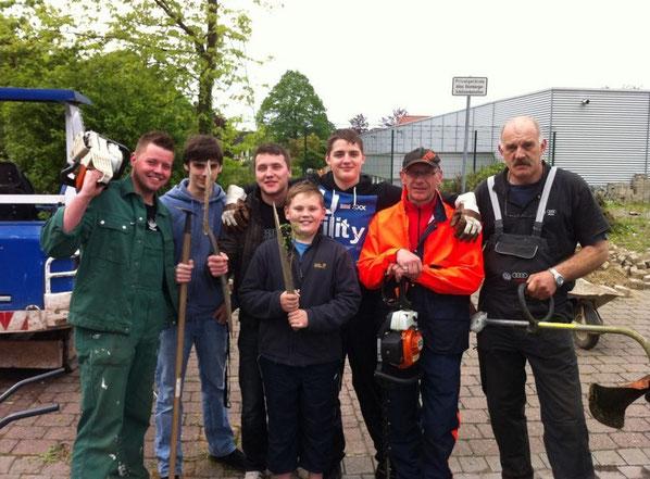 Arbeitseinsatz an der Schützenhalle, v.l.n.r.: Dennis, Manuel, David, Tim, Jens, Didi, Horst