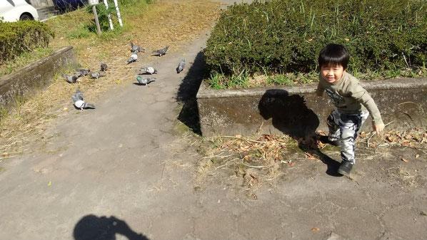こそこそ歩く子供の写真