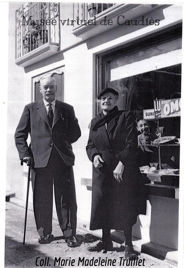 Laurent Laffite (père de Fernande épouse Truillet) et   Léonie Truillet (née Jeantet,  mère d'Augustin) devant l'épicerie.