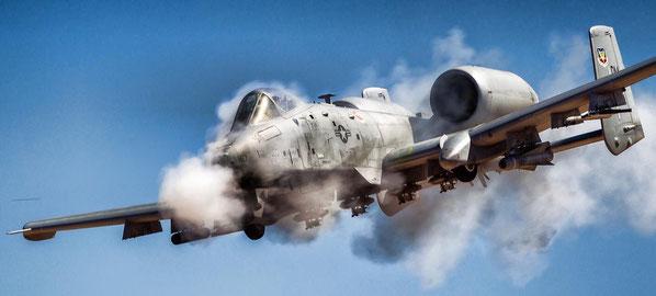 Un A-10 avvolto dai gas del cannone GAU-8 Avenger da 3o mm (Foto: USAF)
