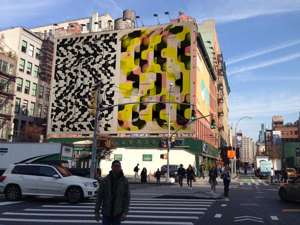 Bildmontage: Die Plakate auf einer Hausmauer in New York