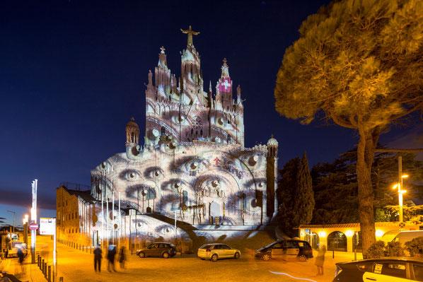 Projizierte Augen von SWISS Flugbegleitern auf der höchstgelegenen Kirche Barcelonas, der Sagrat Cor, als Beispiel für wirkungsvolles Storydoing.
