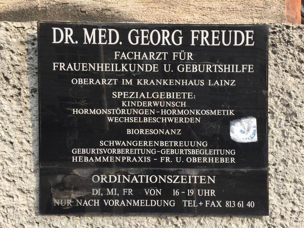 In Wien gesehen: die Werbetafel, die den Familiennamen schön mit dem Angebot kombiniert.
