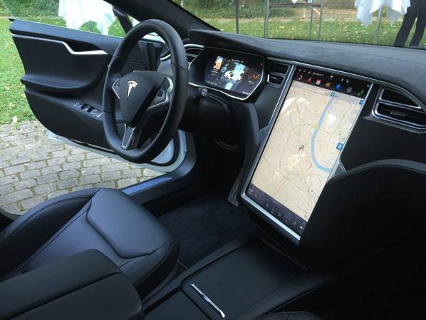 Blick ins Tesla-Cockpit: Das innovative Unternehmen gilt bei vielen Kommunikationsprofis als Vorbild für moderne PR und Markenkommunikation.