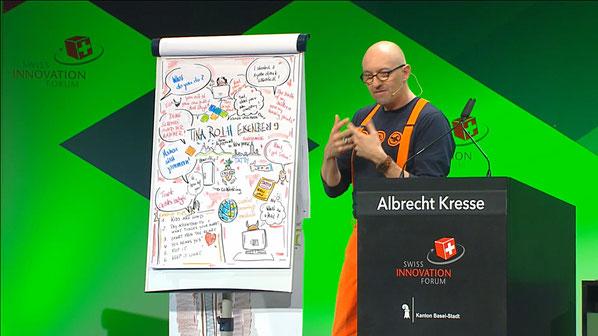 Grosses Kino am Swiss Innovation Forum in Basel: Albrecht Kresse fasst die Vorträge der Redner visuell zusammen.