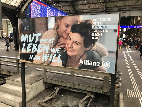 Die aktuelle Kampagne von Allianz gefällt durch die Bildsprache, die frische Typo und durch die Rubriken rechts. Zum einen zeigen diese die Breite des Versicherungsangebots, zum andern sieht der Betrachter gleich, um welchen Lebensbereich es geht.