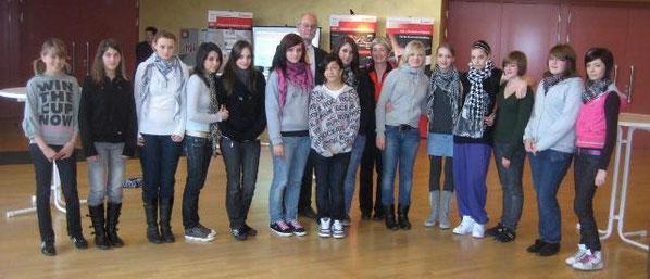 Lehrerin Susanne Nachbar-Geiger und ihre Mädchen von der AG Schwarzlichttheater
