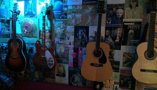 上野アントンスタジオの壁にかかったアコギとベース