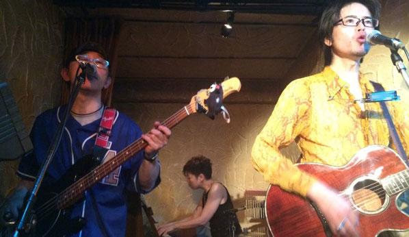 邑本真司 with the riverが四ツ谷コタンで演奏している場面