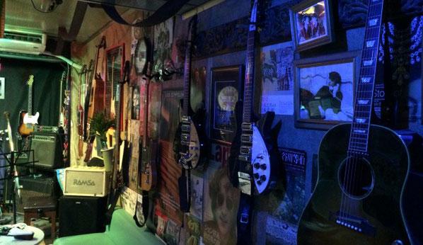 上野アントンスタジオの壁にかかったギターやベース