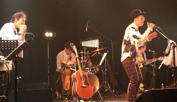 渋谷マウントレーニアホールの10周年記念ライブで歌うママノリア