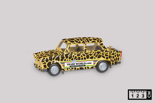 Das Bild zeigt ein Trabi Modellauto von Herpa im Maßstab 1 zu 87. Es ist 3 Komma 5 Zentimeter lang.