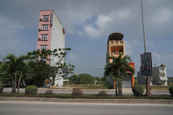 Habitation Vietnamiennes typiques.  Même quand la place ne manque pas (encore), ça reste tout en longueur!