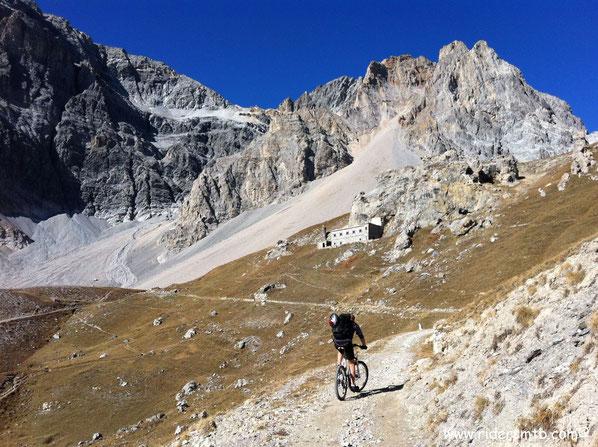 l'ex caserma aggrappata a rocce stile Dolomiti