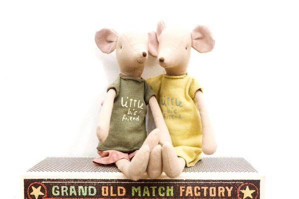 Zwei Maus-Stoffpuppen sitzen auf Kiste