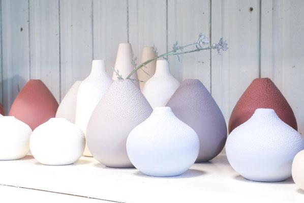 Viele Vasen in Regal