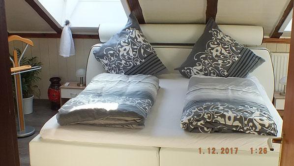 Boxspringbett in weißem Leder im Schlafzimmer