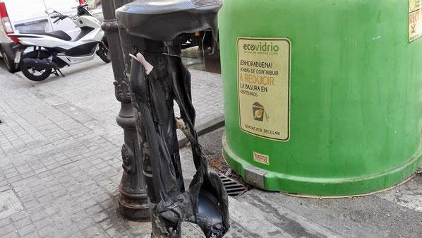 Vándalos queman papeleras   en la ciudad de Valencia