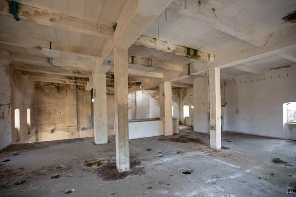 Historischer Gutshof Schloss Dahlewitz. Blick ins Innere des Lagerhauses und auf die Stahlbetonkonstruktion.