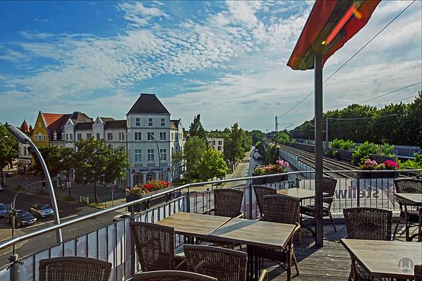 Stellwerk Lio in Berlin Lichterfelde - Ost. Blick von der Terrasse zur Bahnstrecke.