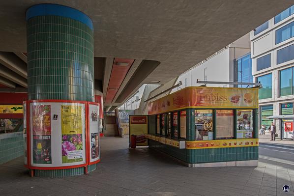 Das Ensemble U - Bahnhof Schloßstraße. Currywurststand unter der Brücke.