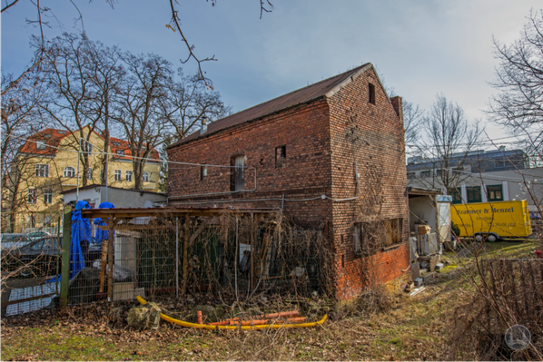 Stellwerk Lio in Berlin Lichterfelde - Ost. Backsteingebäude Seydlitzstraße mit Autowerkstatt.