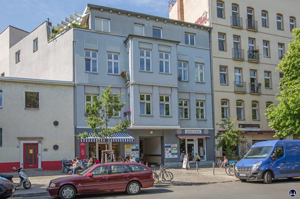 """Gewerbehof Körtestraße 10 in Berlin - Kreuzberg. Ansicht Vordergebäude mit Eisdiele und dem """"Broken English""""."""