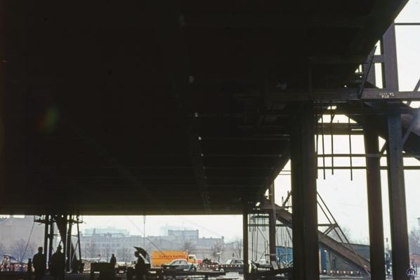 Blick auf die Unterseite des Daches mit den rechts zu sehenden Stützen.