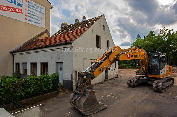 Berlin, Bauerngehöft Mariendorfer Damm 106. Der Bagger steht schon bereit.