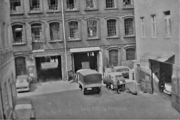 Gewerbehof Körtestraße 10 in Berlin - Kreuzberg. Autowerkstatt Helmut Jordan mit Blick auf die Fahrzeuge im Hof.