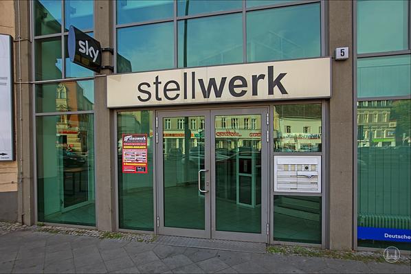 """Stellwerk Lio in Berlin Lichterfelde - Ost. Eingang zum gläsernen Treppenhaus des Restaurants """"Stellwerk""""."""