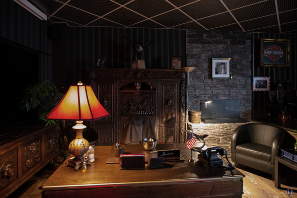 Das Flame-Diner in Berlin-Marienfelde. Schreibtisch und Deko in der Whisky-Lounge.
